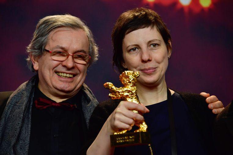 Roemeense regisseuse Adina Pintilie met haar Gouden Beer tijdens de 68ste Berlinale. Beeld AFP