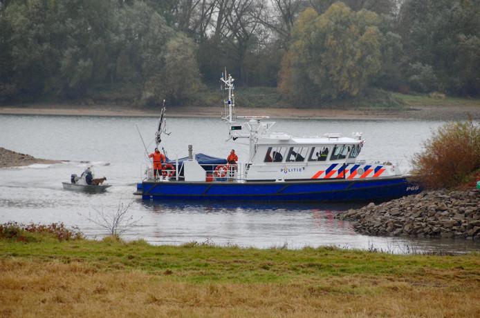 De politie zoekt met sonarboten, duikers en honden naar de vermiste Arnhemse.