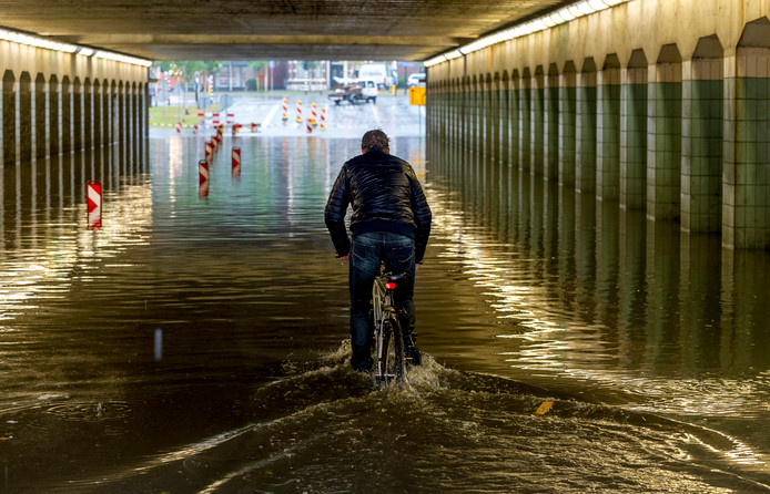 Wateroverlast in Enschede na noodweer in juni 2013. Prinsessetunnel.