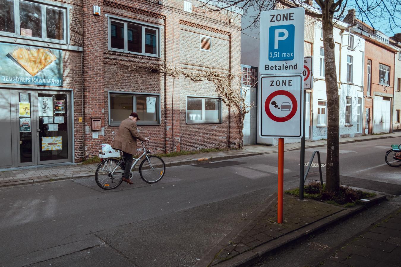 Een verkeersbord duidt de lage-emissiezone aan in Gent. Daarmee probeert het stadsbestuur de luchtkwaliteit in het stadscentrum te verbeteren.