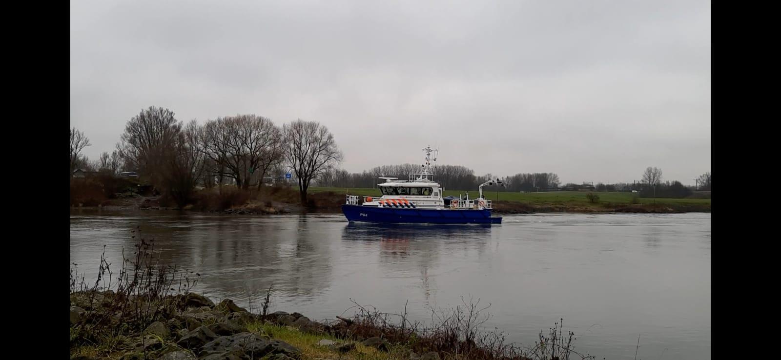 Een boot zoekt op de IJssel