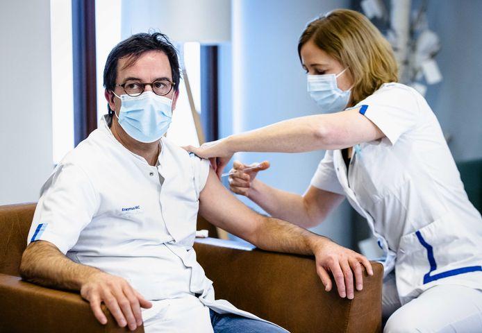 Ic-arts Diederik Gommers kreeg zijn coronavaccin, net als vele collega's, in het eigen Erasmus MC. Dat ziekenhuis deed zo al ervaring op met het prikken van grote groepen.