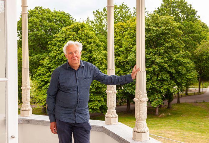 Willem van der Ham op het balkon van de Villa Ockenburgh.