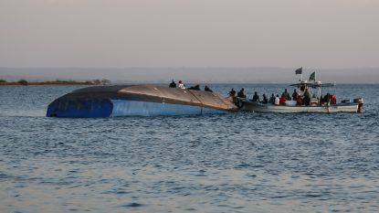 """Overlevende uit gekapseisde ferry gered, twee dagen na ramp op Victoriameer: """"Luchtbel redde zijn leven"""""""