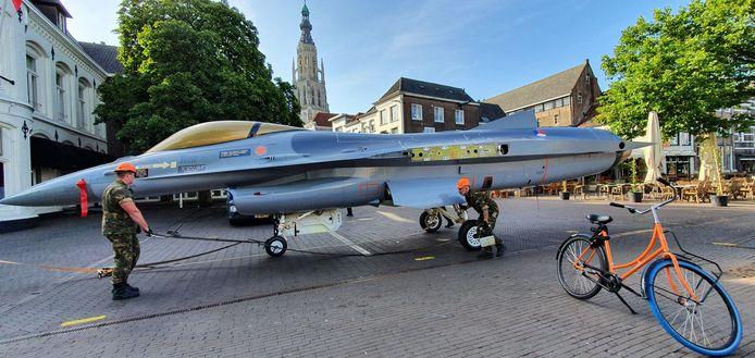 De F-16 is in Breda gearriveerd.