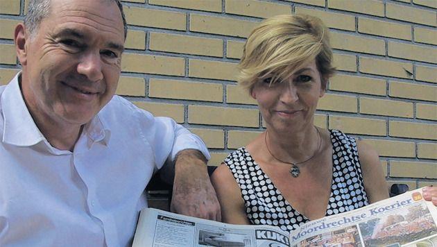 Jan en Marijke Veldhoen met een lokale krant van 10 jaar geleden, toen verspreid over heel Moordrecht 5,8 miljoen euro werd uitgekeerd in de Postcodeloterij.