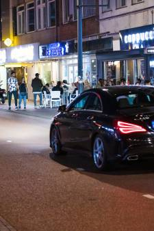 Een eerlijk verdiende hele dure auto in de Kruisstraat waar alles verdacht is