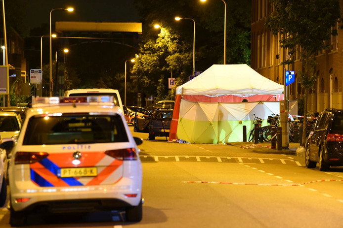 De politie doet onderzoek na de schietpartij in de Kanaalstraat.
