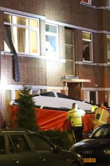 Politie kalmeert verwarde man, omstanders roepen dat hij uit raam moet springen