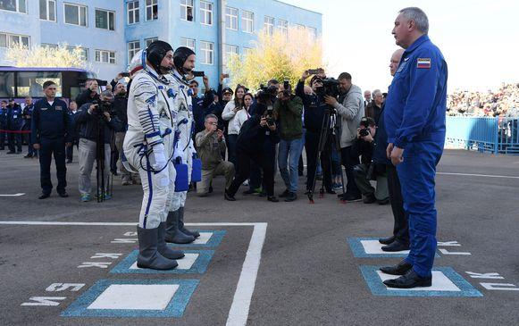 ISS astronaut Alexey Ovchinin (vooraan links) en NASA-astronaut Nick Hague (links achteraan) voor de lancering van de Sojoez-capsule.