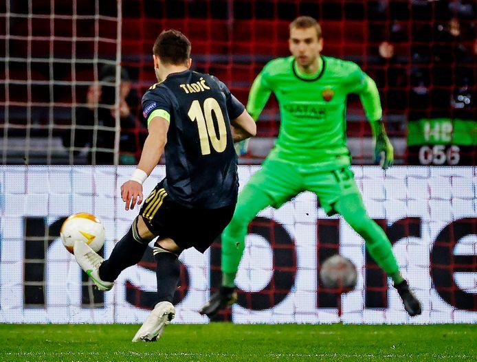 Dusan Tadic mist vanaf de stip de kans om Ajax op 2-0 te zetten.