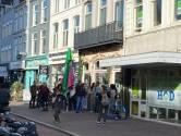 Gemeente vervangt sloten van restaurant dat coronapas weigert, tientallen demonstranten op stoep