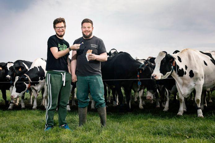 Mathieu (rechts) nam de melkveehouderij mét ijssalon over van zijn ouders. Zijn partner Timmy (links) geeft Engelse les.