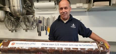 Personeel Amsterdamse ziekenhuizen peuzelt 180 meter Oldenzaalse krentenwegge op: '1,5 meter om op te (vr)eten'