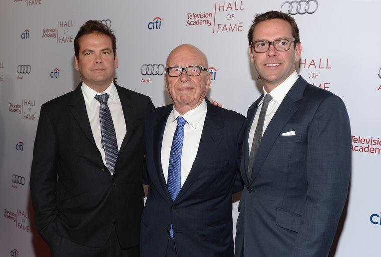Rupert Murdoch tussen zijn zonen Lachlan en James.Die laatste sneed vorig jaar alle banden met het familie-imperium door. Beeld afp
