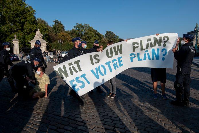 Trois militants d'XR avaient déjà été arrêtés lundi soir devant le Palais royal à Bruxelles.