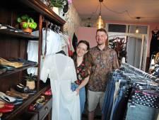 Daphne opent vandaag haar vintagekledingwinkeltje in Zierikzee: 'Best spannend'