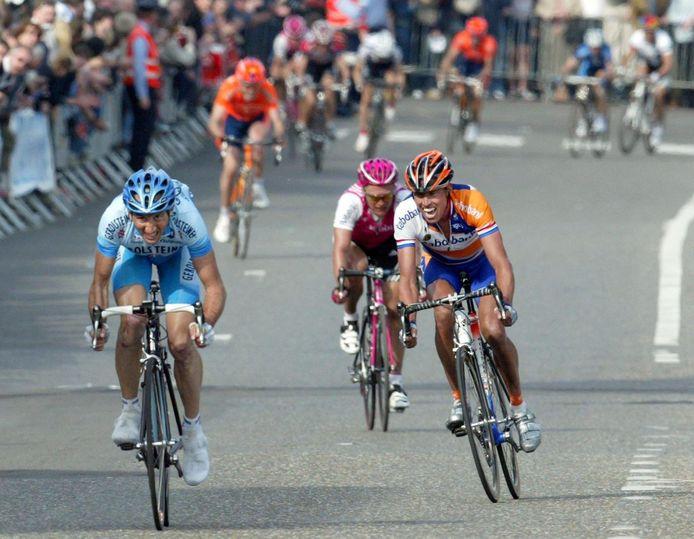 Davide Rebellin (L) wint Luik-Bastenaken-Luik 2004 door Michael Boogerd en Alexandre Vinokourov in een sprint te verslaan.