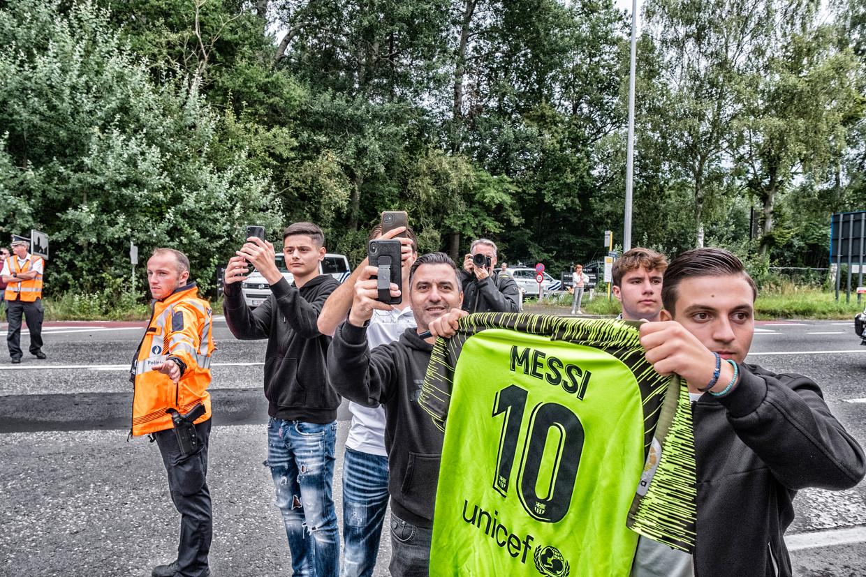 Fans zijn naar het spelershotel gekomen in Oostkamp om een glimp op te vangen van Messi en co. Beeld Tim Dirven