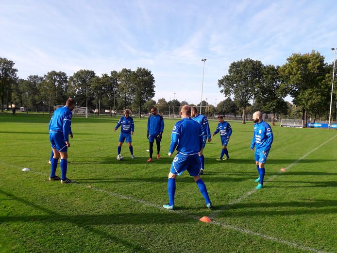 RKC Waalwijk begon op natuurgras en eindigde de training op het kunstgras in het stadion.