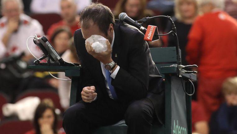 Scheidsrechter Arnaud Gabas met ijs op zijn opgezwollen oog Beeld anp