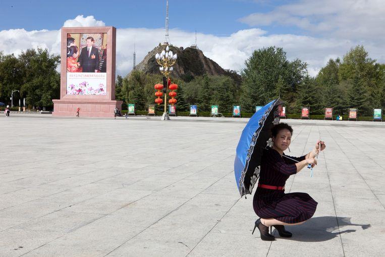 Ook op het grote plein voor het Potala-paleis, de voormalige winterresidentie van de dalai lama, is de Chinese president Xi Jinping niet ver weg. Beeld Wassink Lundgren
