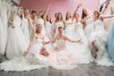Bij Yalisa's Bruidsmode kan je voor 25,- pp 3 uur lang bruidsjurken passen voor de lol, prosecco drinken en heel veel foto's maken. Deze enorme groep van 13 vriendinnen komen uit Volendam.
