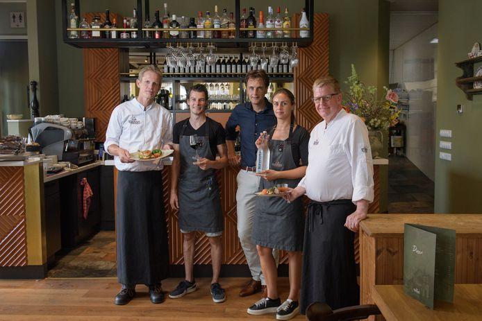 Sous-chef Ramon Pouwel, gastheer Wessel Grobbink, eigenaar Ruud Droste, gastvrouw Nadesh Schumann en sous-chef Huub Wolferink voor de nieuwe bar in eetcafé De Burgemeester.