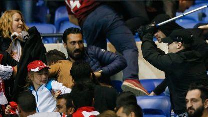 Schaamteloos: Lyon-fan valt kind aan met kruk (maar Fransen moeten zelf ook vluchten voor projectielen)