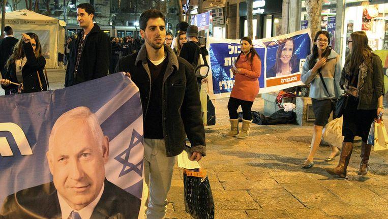 Een aanhanger van premier Netanyahu aan de vooravond van de Israëlische verkiezingen. Beeld afp