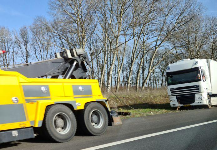 De vrachtwagen raakte van de weg ter hoogte van Waspik.