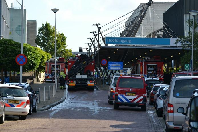 In een gebouw naast de hoofdingang brak zaterdagmiddag brand uit.