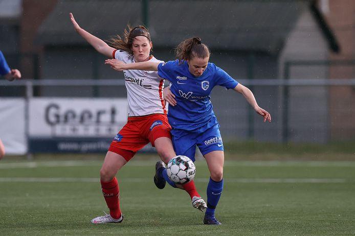 Essevee-aanvalster Anne-Lore Scherrens probeert Luna Vanhoudt van Ladies Genk (r.) van de bal te houden.