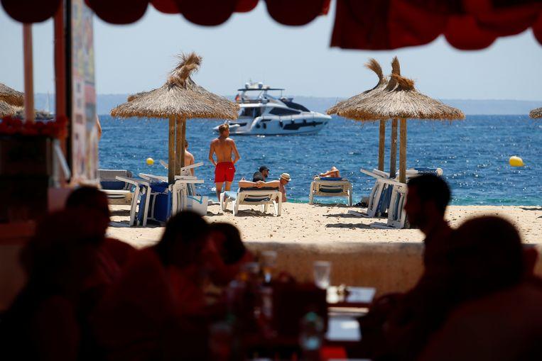 Toeristen begin juli bij het strand van Magaluf, op het Spaanse eiland Mallorca. Beeld Reuters