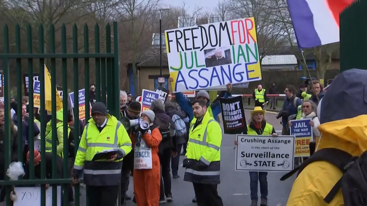 Hoorzitting Assange van start: aanhangers protesteren