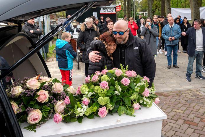 Rouwen om het verlies van Adrie Heeren bij haar kist bij snackbar De Saks in Arnhem.
