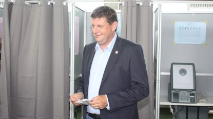 VIDEO. John Crombez (sp.a) omstuwd door camera's in stembureau