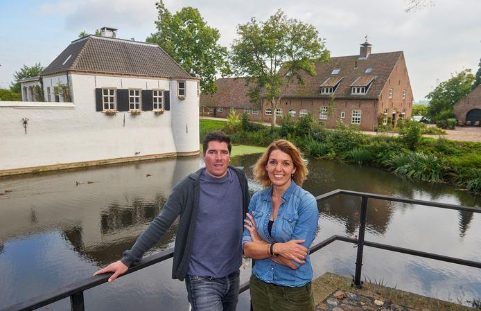 Wilbert en Elle van Schijndel zijn de uitbaters van het kasteel van Oijen en hebben de naastgelegen boerderij gekocht om in te wonen.