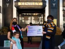 """Ilona (44) zamelt 9.133 euro in voor vzw Armen Tekort: """"Vrijwilligers hebben in totaal 400 sjaals gebreid"""""""