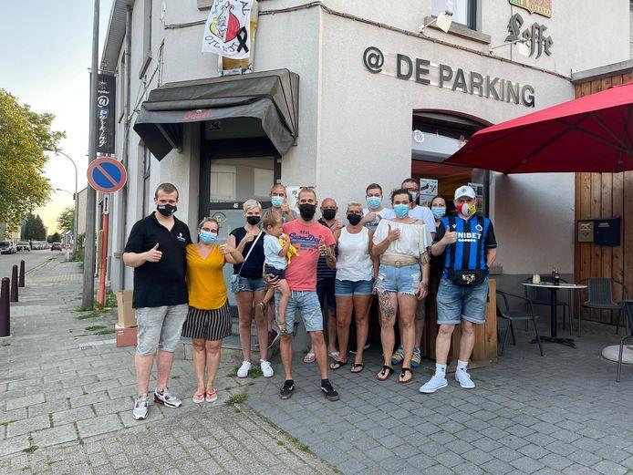 Vrijwilligers die een handje willen helpen met het inzamelen in café @deparking (Jonas Michiels en Evi Van Laethem).
