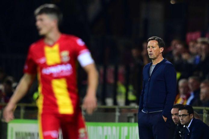 PSV-coach Roger Schmidt kijkt bezorgd naar goede spel van GA Eagles.