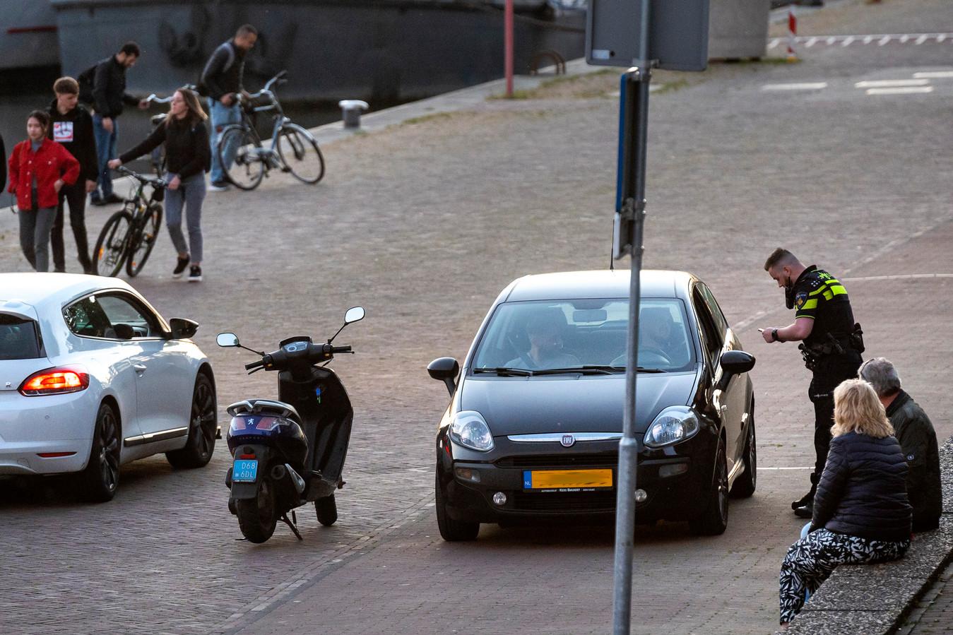 Politiecontrole op de Rijnkade in Arnhem. Archieffoto: Gerard Burgers