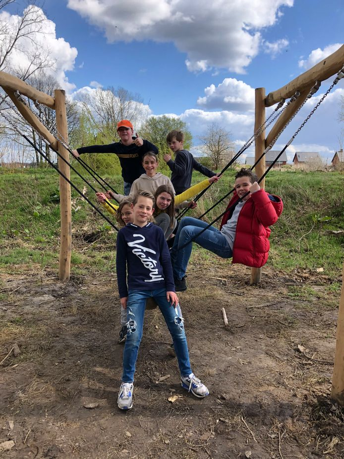 Willem met de pet, rechts van hem Casper, daarvoor Mila, met de rode jas Bo, op de voorgrond Luka, en links van hem Lars, en rechts Sofie. Deze zeven probeerden de speeltuin in De Bogerd uit.