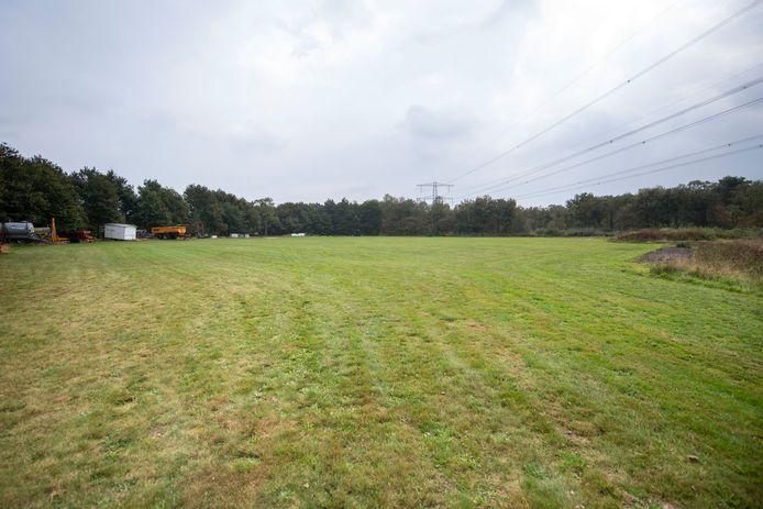 De beoogde plek voor het camperpark op recreatieterrein het Lageveld bij Wierden. Links achter de bosrand ligt de grote vijver.