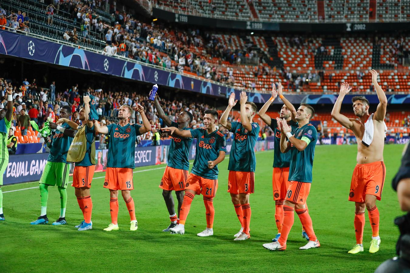 De Ajax-spelers bedanken in Valencia de meegereisde fans.