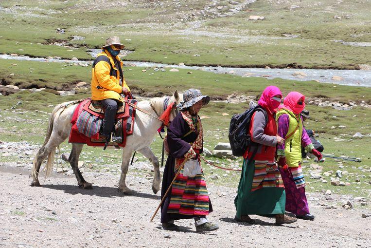 Pelgrims op hun bedevaartstocht rond Mount Kailash. Beeld RV