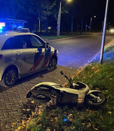 Drie keer dom: scooterrijder in Zwolle rijgt boetes aan elkaar na achtervolging