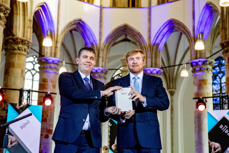 De Nederlandse koning Willem Alexander neemt het eerste exemplaar van de NBV21, de vernieuwde Nieuwe Bijbelvertaling, in ontvangst.  Beeld ANP