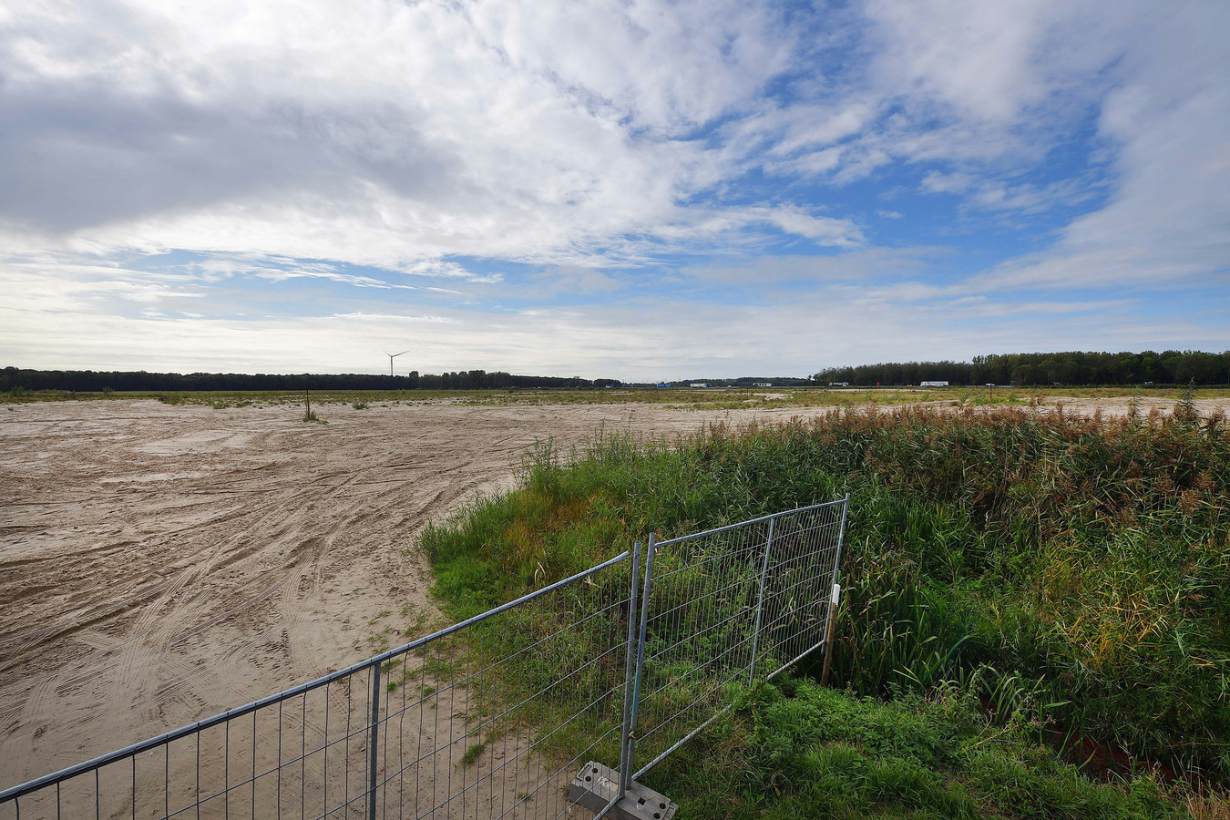 Bij knooppunt Klaverpolder, in de oksel van de snelwegen A16 en A17 (achtergrond) ligt al jaren 142 hectare braakliggende grond gereed voor de aanleg van Logistiek Park Moerdijk.