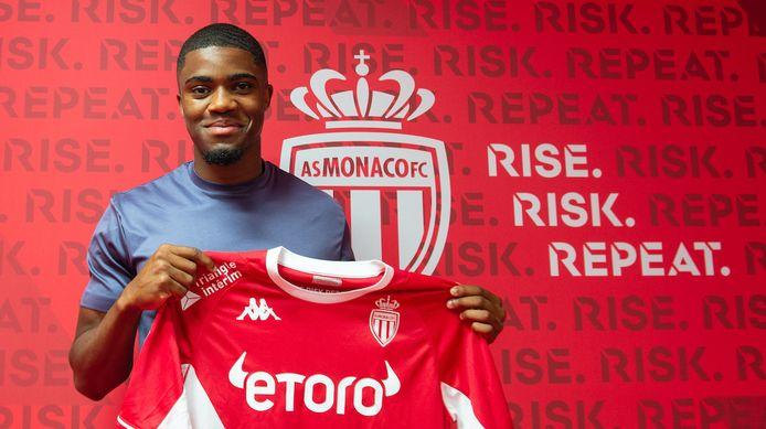 Myron Boadu met het shirt van zijn nieuwe club.